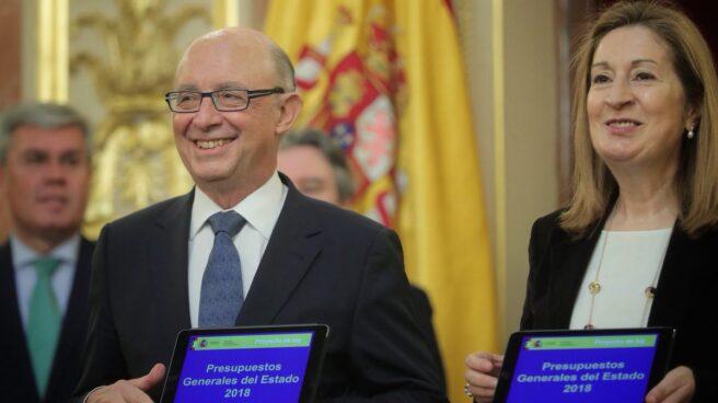 El ministro de Hacienda, Cristóbal Montoro, entrega a la presidenta del Congreso, Ana Pastor, el proyecto de Presupuestos de 2018.