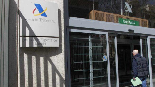 Contribuyente entrando en una oficina de la Agencia Tributaria, donde se puede presentar la Declaración de la Renta 2017.