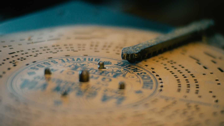 Disco de cartón perforado con La Gran Vía de Chueca