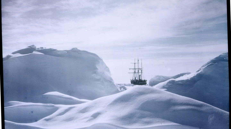 El Endurance entre el hielo que lo aplastó