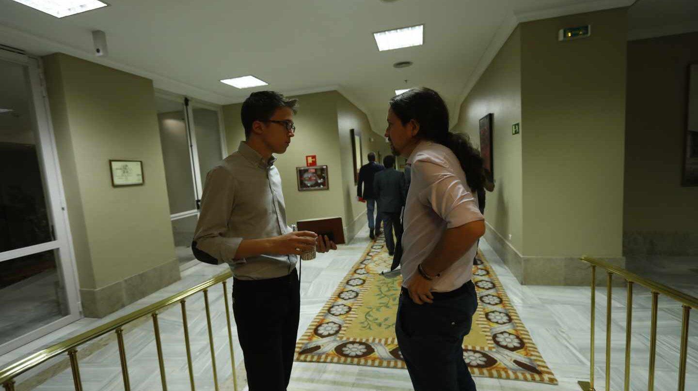 Íñigo Errejón y Pablo Iglesias, en los pasillos del Congreso.