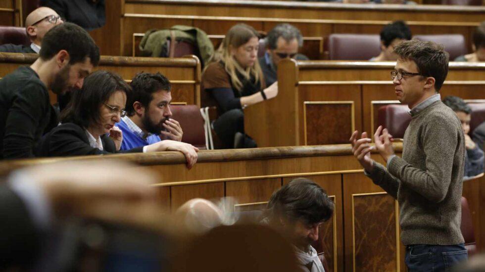 Errejón conversa con sus compañeros en el Congreso.
