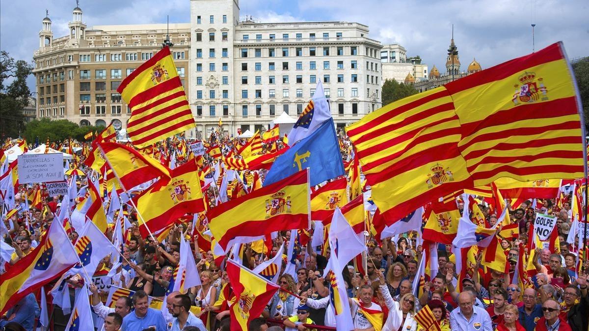 Banderas de España y Cataluña en una manifestación.