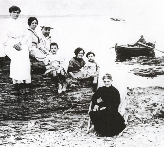 La familia de Salvador Dalí en Cadaqués.