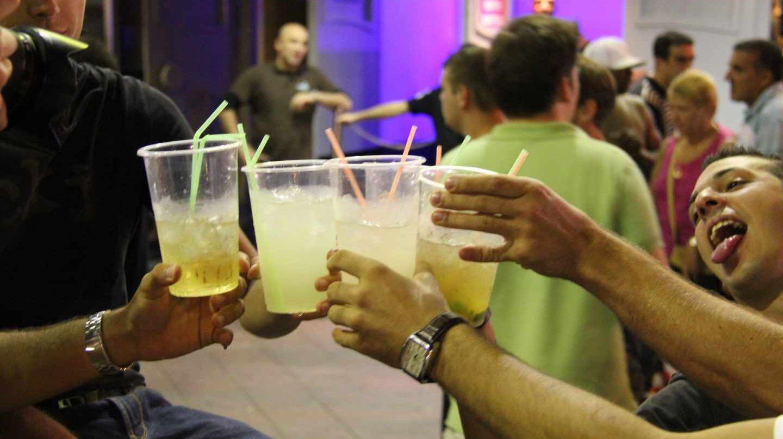 El informe de la Ley del alcohol establece sanciones a los padres de menores que beban.El informe de la Ley del alcohol establece sanciones a los padres de menores que beban.