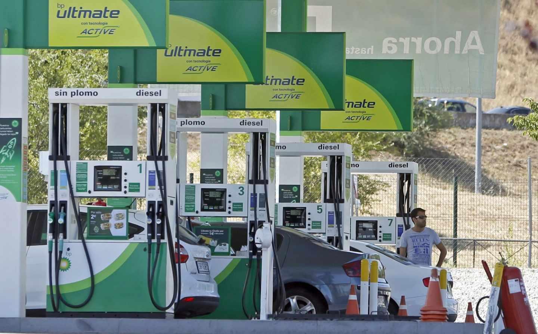 El petróleo escala un 12% en un mes y presiona al alza los precios de la gasolina.