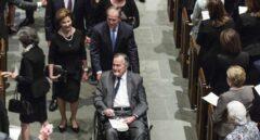 George H.W. Bush, acompañado por su familia en el funeral de su esposa Barbara, el pasado sábado.