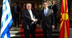 Los ministros de exteriores de Macedonia y Grecia, durante una cumbre en Ohrid.