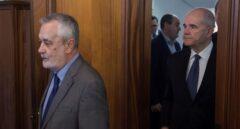 José Antonio Griñán y Manuel Chaves, accediendo a la sala de la Audiencia de Sevilla donde se celebra el juicio del 'caso ERE'.