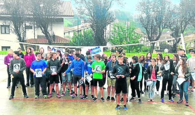 Los jóvenes, en el homenaje a los miembros de ETA en el patio del instituto, en Hernani.