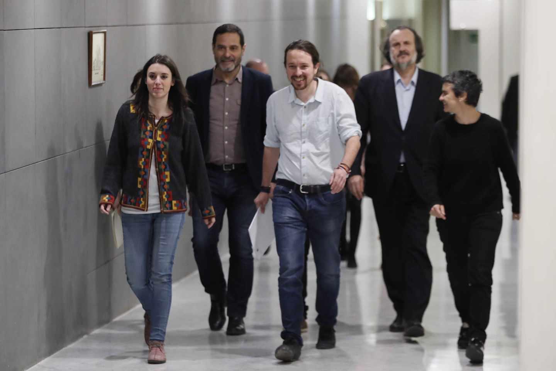 Pablo Iglesias, junto su equipo en el Congreso.
