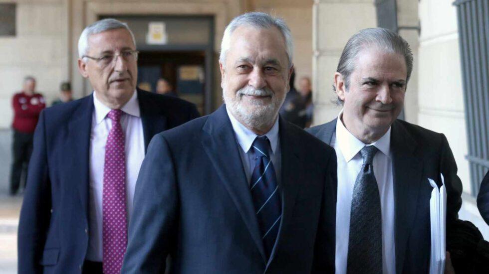 José Antonio Griñán habla con su abogado a las puertas de la Audiencia de Sevilla.