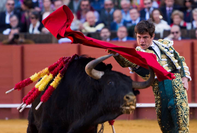 Julián López 'El Juli' da un pase a su primer toro de la tarde de la octava corrida de abono de la Plaza de la Maestranza de Sevilla.
