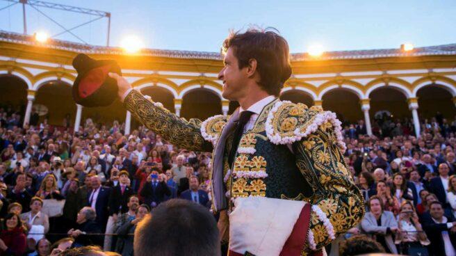 """El diestro Julián López """"El Juli"""" sale por la Puerta del Príncipe de la Maestranza de Sevilla tras cortar dos orejas a cada uno de sus dos toros en la octava corrida de abono."""