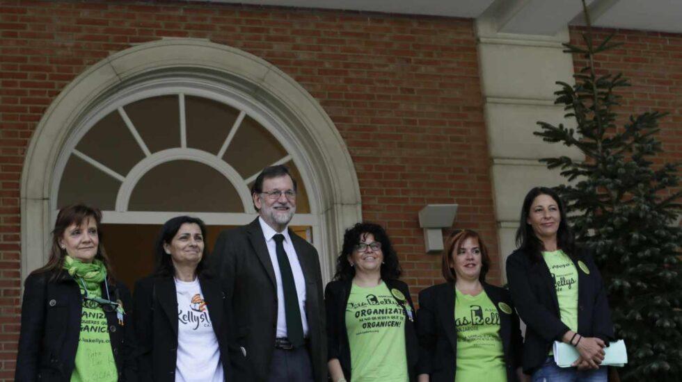 El presidente del Gobierno, Mariano Rajoy, posa en Moncloa con representantes de las 'Kellys'.