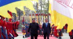 El líder norcoreano Kim Jong-un (i) y el presidente surcoreano, Moon Jae-in (d).