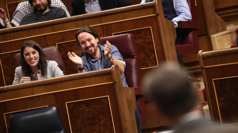 Montero e Iglesias aplauden a Rajoy en una sesión en las Cortes.