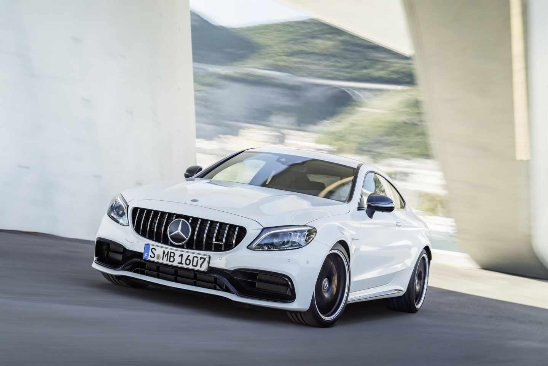 Mercedes sufre su mayor caída en bolsa en dos años al reconocer los riesgos del vehículo eléctrico.