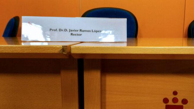 Cartel con el nombre del rector de la URJC, Javier Ramos, en la rueda de prensa ofrecida el pasado 21 de marzo.