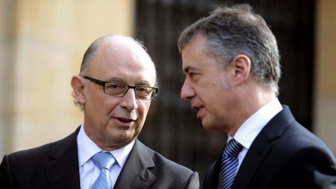 El ministro de Hacienda, Cristóbal Montoro, junto al lendakari, Íñigo Urkullu