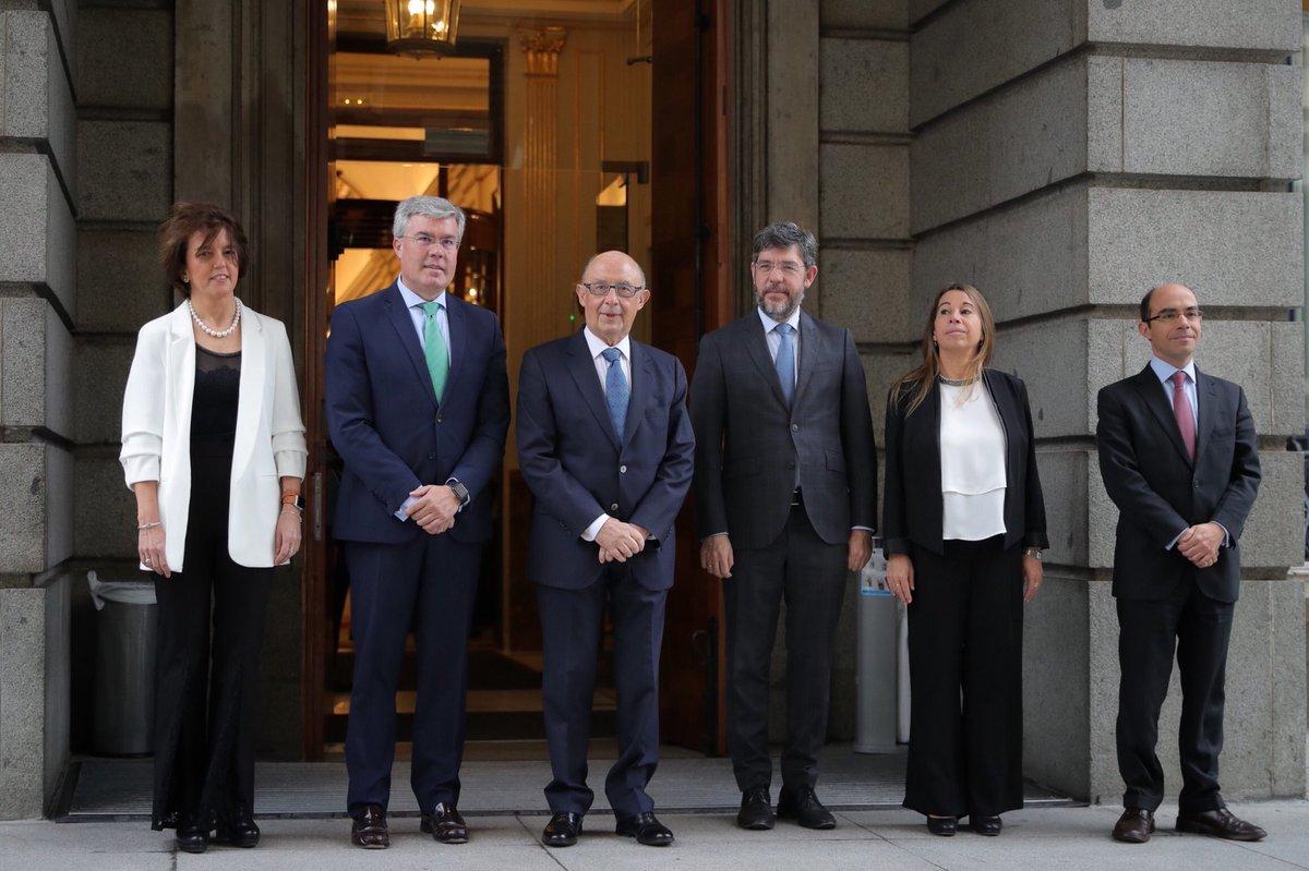 El ministro de Hacienda, Cristóbal Montoro, posa con los secretarios de Estado antes de entregar el proyecto de ley de Presupuestos.