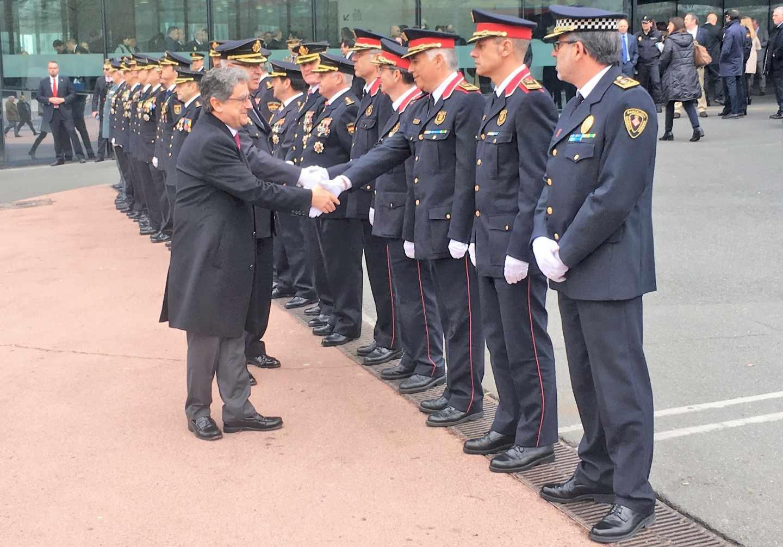El delegado del Gobierno en Cataluña, Enric Millo, saluda a 'mossos'.