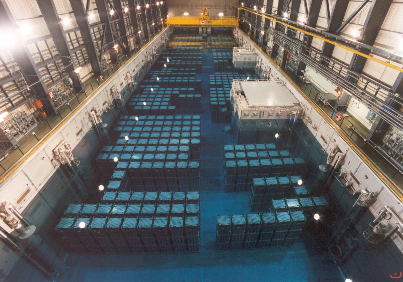 Piscina de almacenamiento de residuos nucleares de La Hague (Francia).