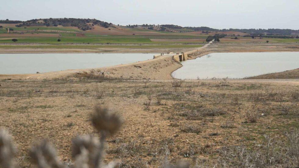 Pantano de Alarcón. La sequía hace emerger un viejo puente de la antigua N-III que debería estar cubierto por el agua.