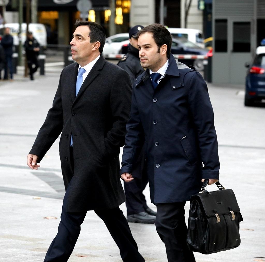 Pere Soler (izquierda) se dirige a declarar a la Audiencia Nacional acompañado por su abogado.
