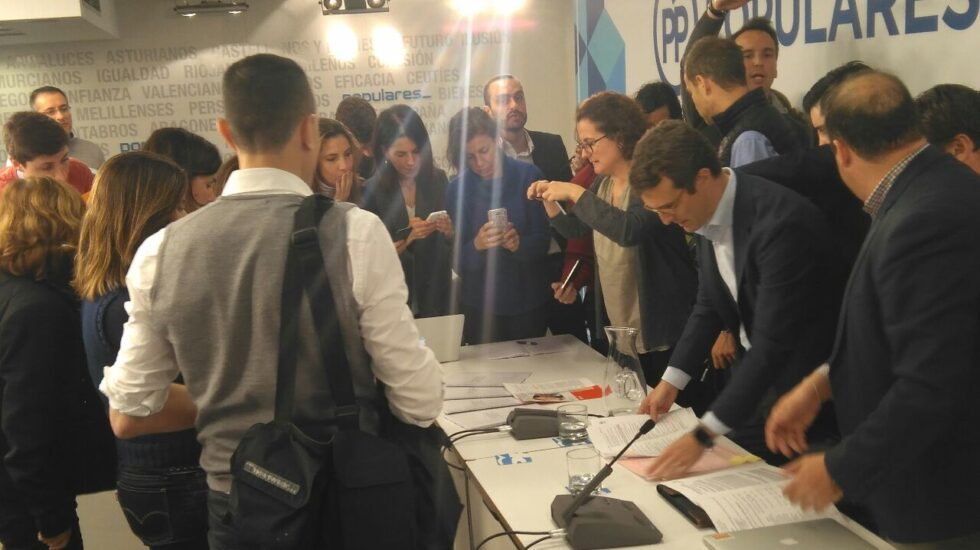 Pablo Casado exhibiendo sus trabajos del máster a los periodistas que acudieron al briefing de Génova.