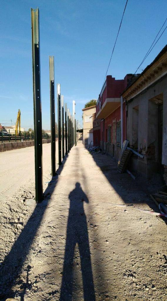 Pantallas de metacrilato frente a viviendas en Murcia por la llegada del AVE.