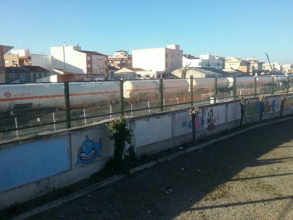 El muro, frente a viviendas de una sola planta, en la calle Orilla de la Vía, en Murcia.