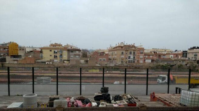 El murodel AVE que divide Murcia en dos y aísla al sur de la ciudad está a centímetros de las casas.
