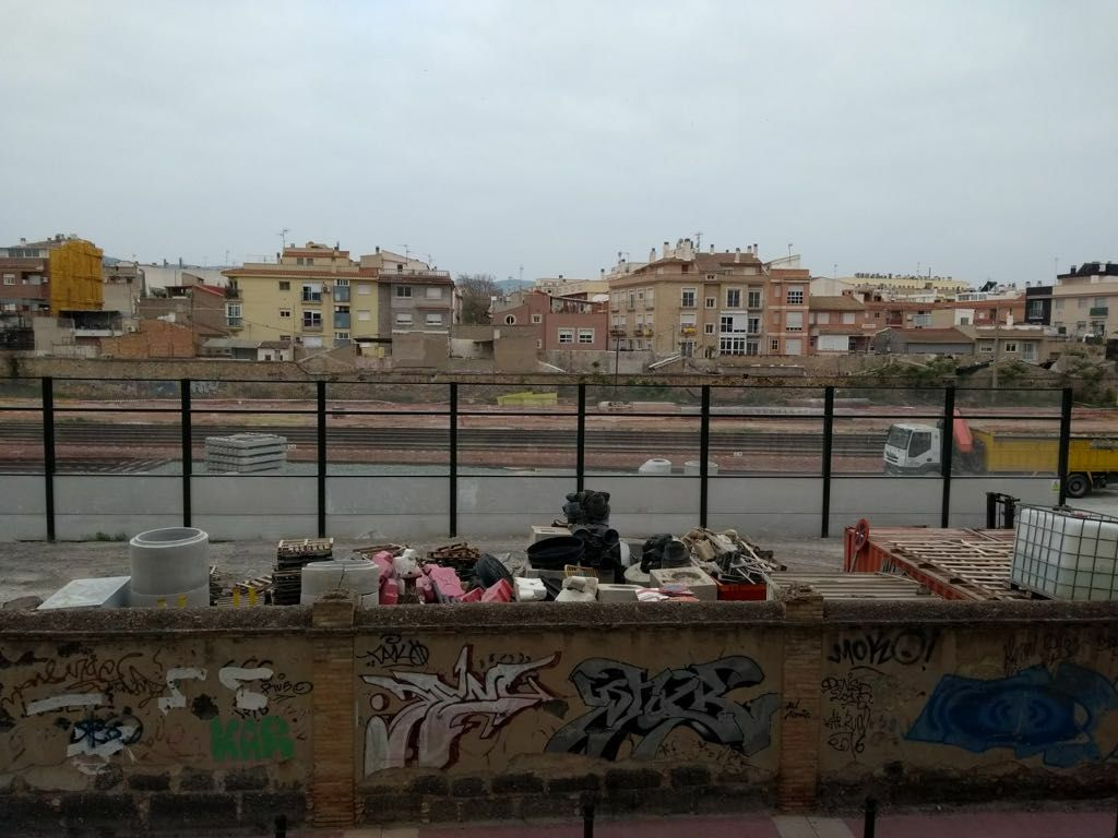 El muro que divide Murcia en dos y aísla a 100.000 vecinos está a centímetros de las viviendas.