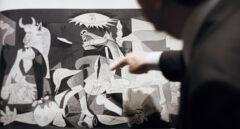 José María Jurranz explicando el Guernica