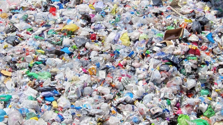 Montaña de residuos plásticos.