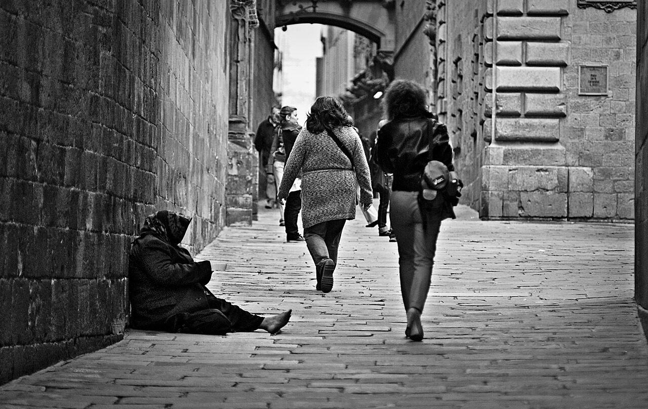 Mujer pidiendo en la calle.