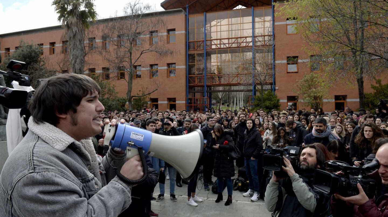Un grupo de estudiantes protesta frente a la Rey Juan Carlos.