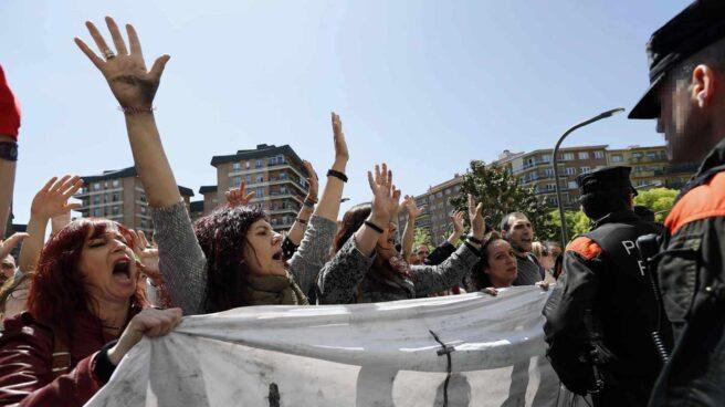 Manifestantes protestan contra la sentencia de 'La Manada', este jueves en Pamplona.