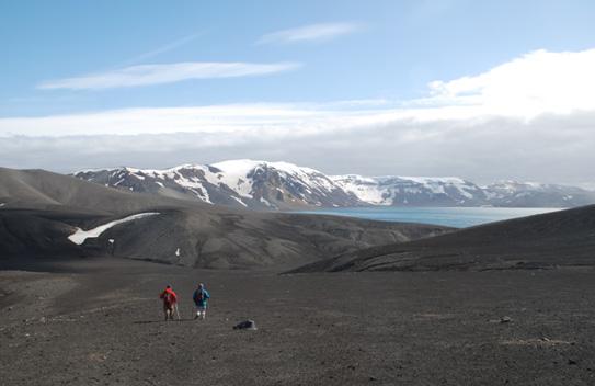 Investigadores exploran Isla Decepción.