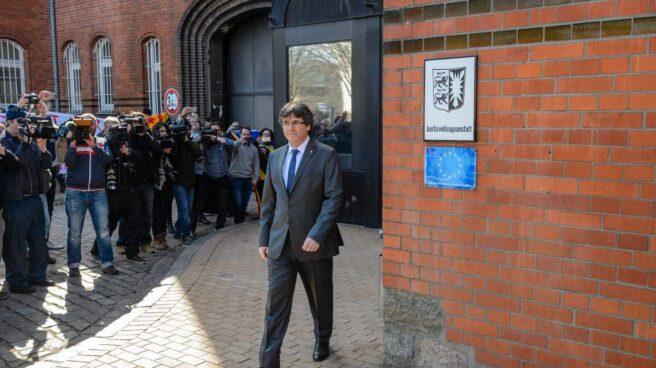 Puigdemont ante la prensa al salir de la cárcel en Alemania.