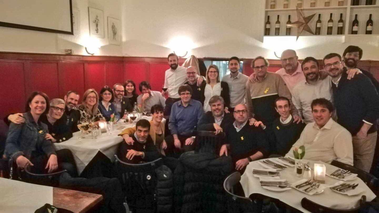 El ex president Puigdemont junto a miembros de JxCat y ERC.