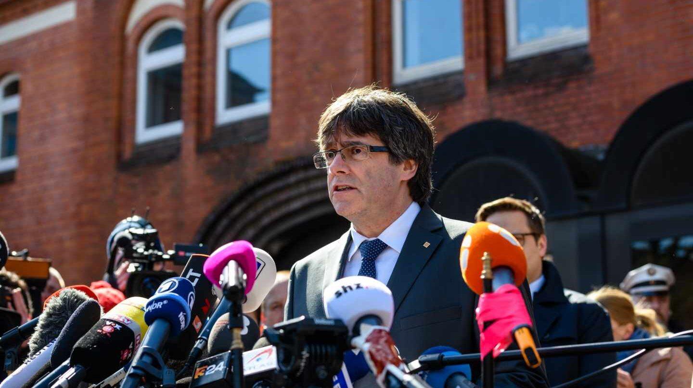 Carles Puigdemont atiende a los medios tras salir de la cárcel en Alemania.