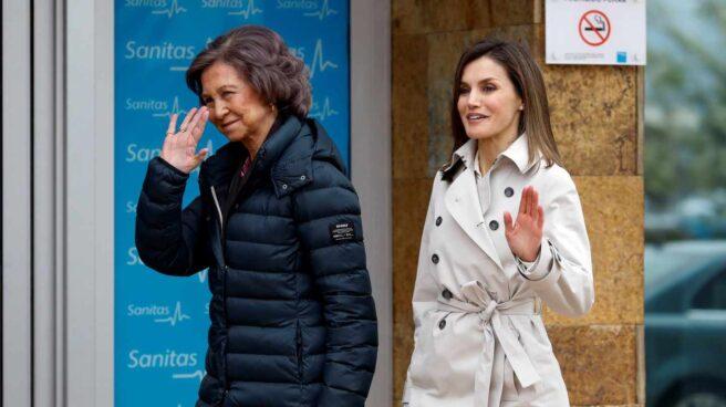 La Reina Letizia y la Reina Sofía a la entrada del hospital.