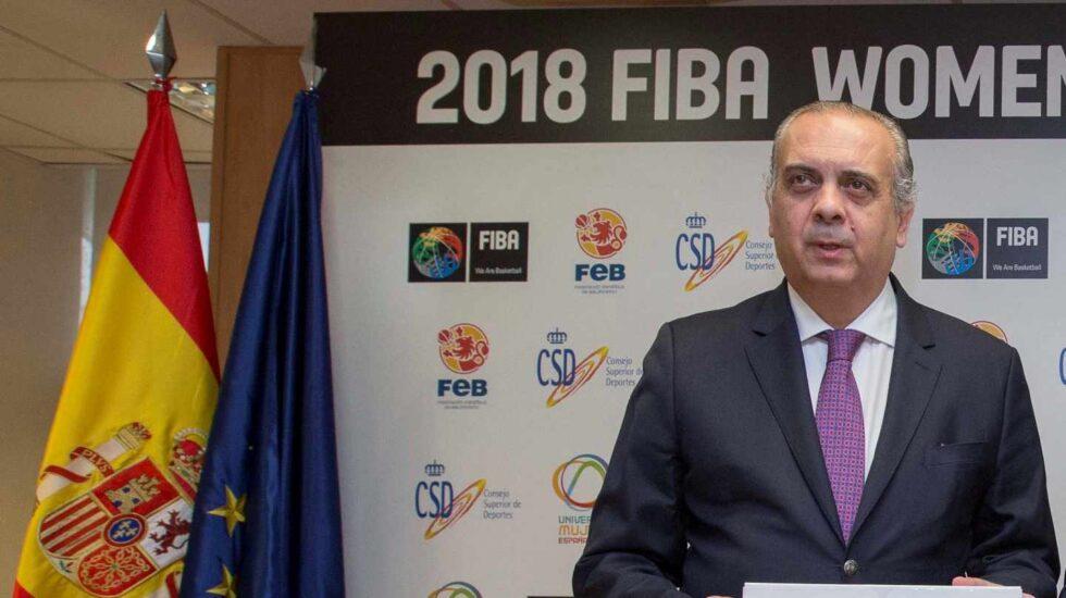 José Luis Sáez, promocionando el Mundial Femenino de Baloncesto en su etapa de presidente de la Federación de Baloncesto.