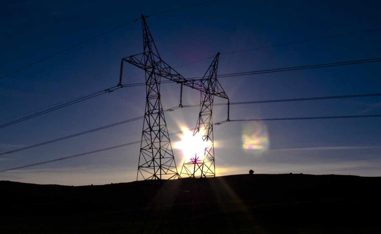 Una torre de electricidad.