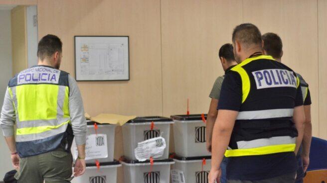 Agentes de Guardia Civil ante las urnas del 1-O.
