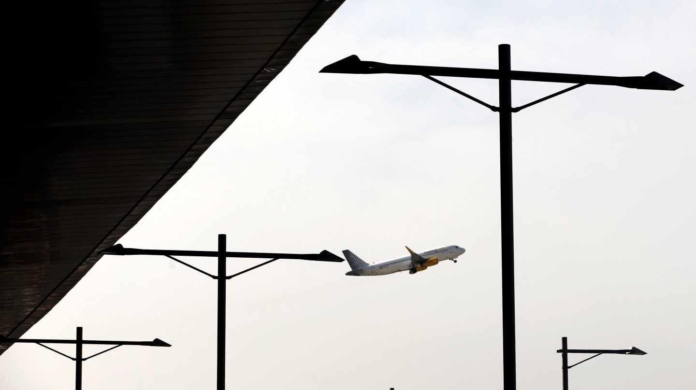 Un avión de Vueling despega del aeropuerto de Barcelona-El Prat.