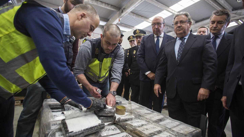 Zoido, presentando este miércoles el mayor alijo de cocaína incautado en toda la historia.