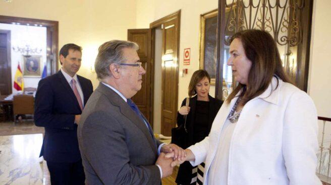 El ministro del Interior, Juan Ignacio Zoido, saluda a la presidenta de la AVT, Maite Araluce.